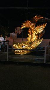 盆踊りを見守る金シャチ